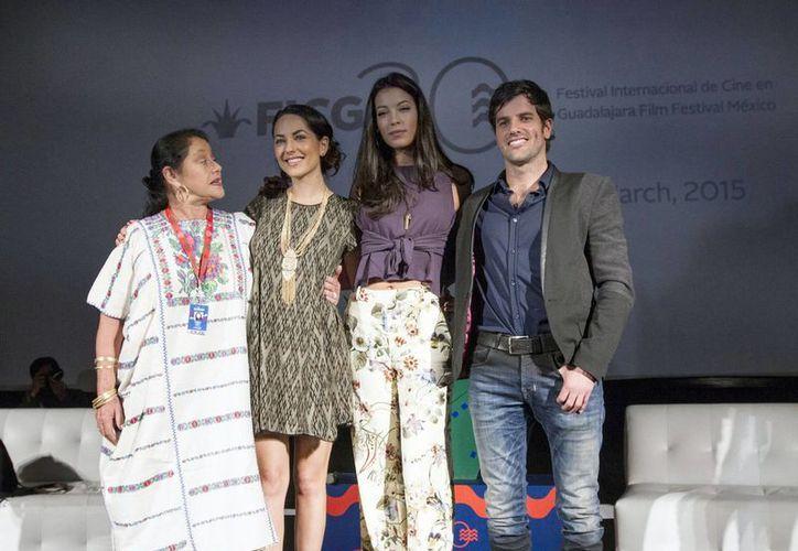 Stephanie Sigman (segunda desde la derecha), mexicana que actuará en Spectre, sobre el Agente 007, dice que 'están pasando las cosas que yo quería que pasaran'. (Notimex)