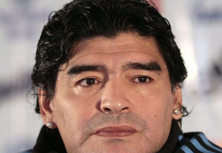 Diego Maradona podría dejar de ser embajador de la FIFA. (thefamouspeople.com)