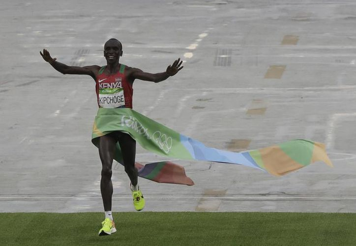 El keniano Eliud Kipchoge ganó la maratón de Río 2016, al cubrir los 42 kilómetros y 195 metros en 2:08:44 horas. (AP/Luca Bruno)