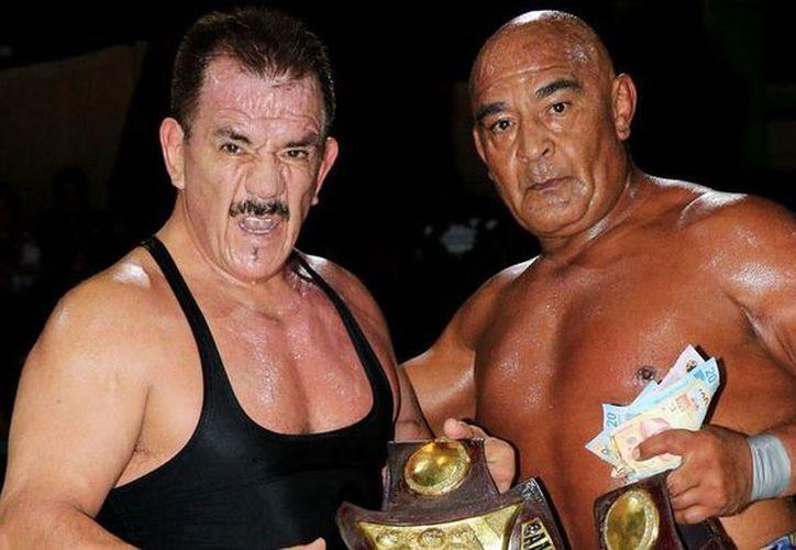 Apenas en diciembre pasado, Black Terry y el Negro Navarro conquistaron el Campeonato de Parejas de la CMLL. (Imagen tomada de www.debate.com.mx)