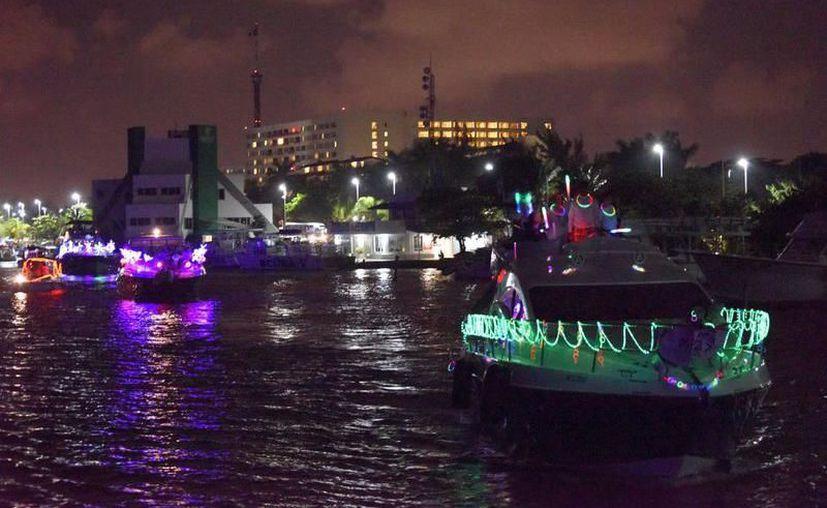 El desfile de embarcaciones comienza y termina en Sunset Admiral Yacht Club & Marina. (Redacción/SIPSE)