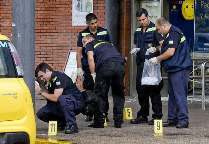Técnicos de Policía Científica analizaron lo que quedó en el lugar, tomaban fotos y recolectaban pruebas, (Foto: El Observador)