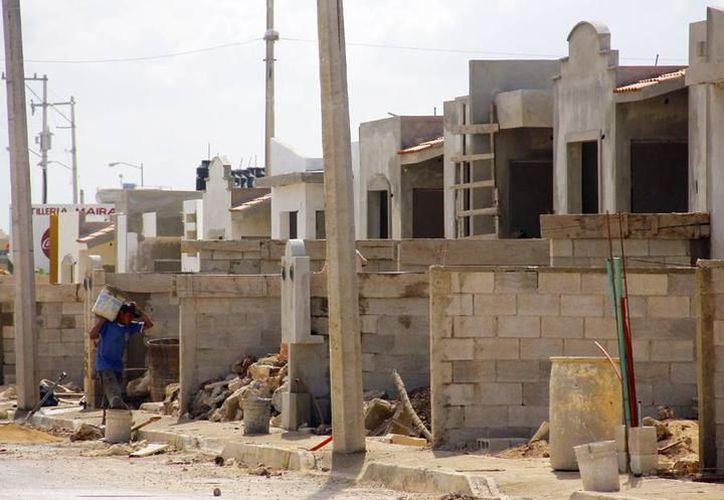 Los bloques sufrieron un alza en su precio a consecuencia del aumento al cemento, en días pasados. (Milenio Novedades)