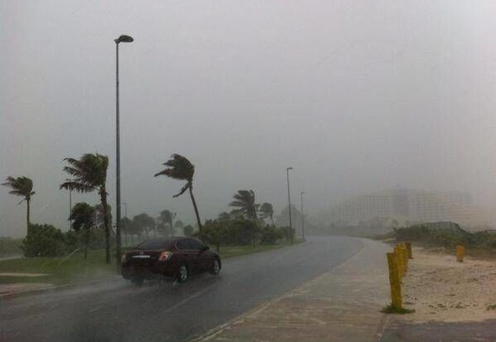 Los turistas optan por permanecer en sus hoteles, ante las lluvias que caen en la zona hotelera. (Twitter: @isleal)