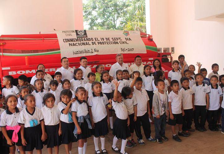 Alumnos de la cabecera municipal visitaron las instalaciones del Cuerpo de Bomberos. (Gloria Poot/SIPSE)