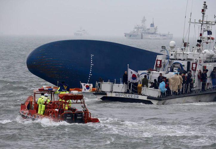 Equipos de socorro participan en la operación de rescate tras el naufragio del ferry Sewol. (EFE)