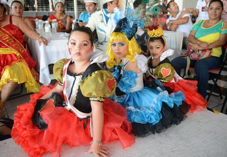 Participantes del concurso de disfraces en Carnaval Cozumel 2013. (Gustavo Villegas/SIPSE)
