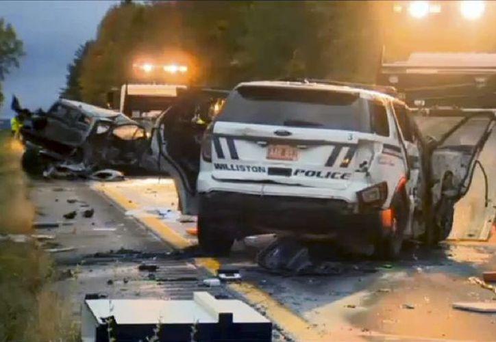 Imagen de video provista por WCAX-TV muestra a trabajadores evaluando el choque de vehículos en la carretera Interestatal 89 la mañana del domingo 9 de octubre del 2016, en Williston, Vermont. En el accidente murieron 5 adolescentes y varias personas resultaron heridas. (WCAX-TV vía AP)