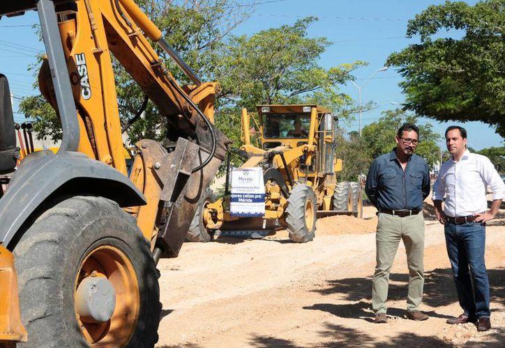 El alcalde Mauricio Vila supervisó esta tarde los trabajos de reconstrucción del carril oriente de la Avenida Mérida 2000. (Foto cortesía del Ayunrtamiento)
