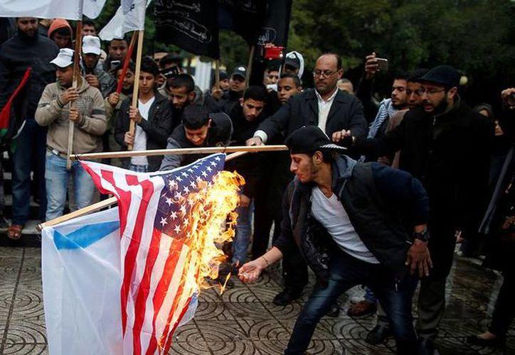 Centenares de manifestantes han salido a las calles para expresar su oposición. (RT)