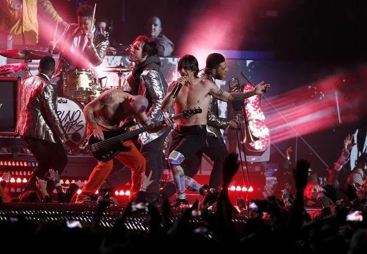 En la foto, Red Hot Chili Peppers durante su presentación en el Super Bowl 48 junto a Bruno Mars.(AP)