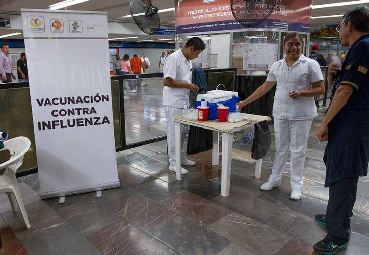 Las autoridades de Salud de algunas gobiernos, como el de la Ciudad de México (foto), han reforzado la vacunación contra la influenza que ya causó casi 150 muertos en lo que va del año. (NTX)