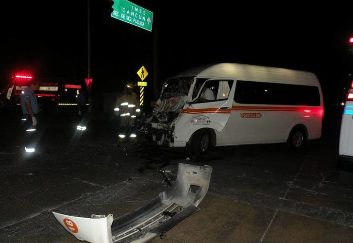 El conductor de una camioneta de transporte público y su acompañante fueron rescatados por los bomberos. (Redacción/SIPSE)
