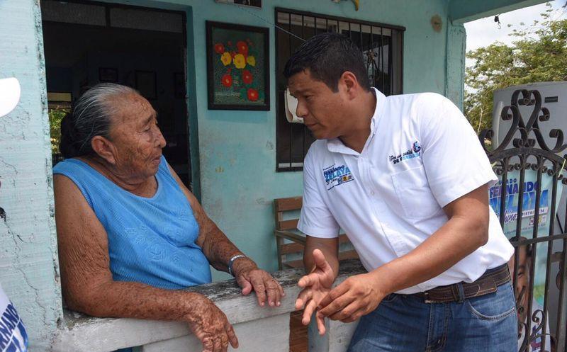 """Fernando """"El Chino"""" Zelaya dialogó con los electores. (Redacción/SIPSE)"""