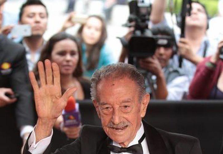 Mario Almada desfiló por la alfombra roja de la 55 entrega de los premios Ariel 2013. (Notimex)