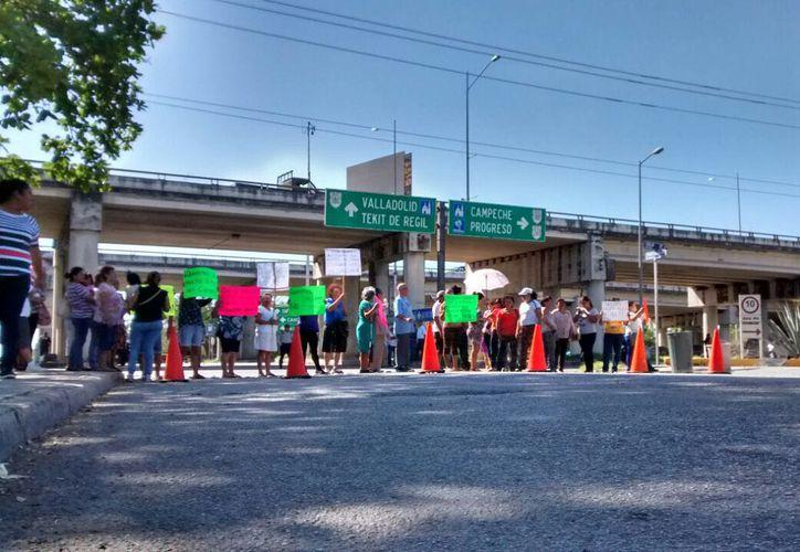 Los manifestantes mantuvieron cerrada la calle 42 por unos momentos, afectando el tránsito. (Milenio Novedades)