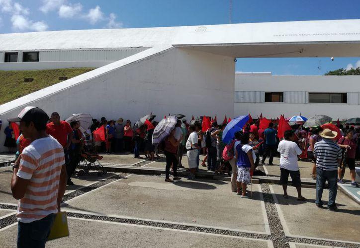 Padres de familia que mantenían un plantón afuera de la SEQ, se retiraron ayer luego de llegar a un acuerdo para la contratación de maestros en dos escuelas de su colonia. (Enrique Mena/SIPSE)