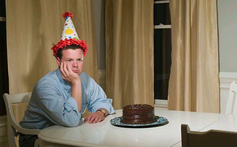 Hombre organiza fiesta de cumpleaños y nadie va; aparece muerto horas después