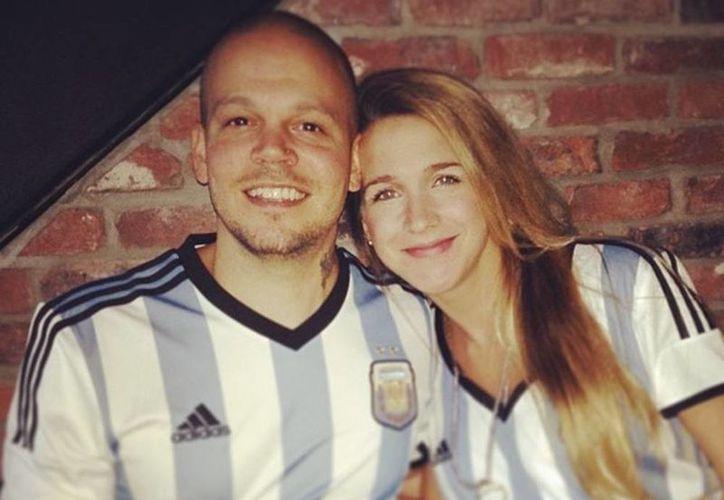 René Pérez acompañado de su esposa la actriz argentina Soledad Fandiño en junio pasado antes de un partido entre Argentina y  Bosnia-Herzegovina. (Instagram residentecalle13)