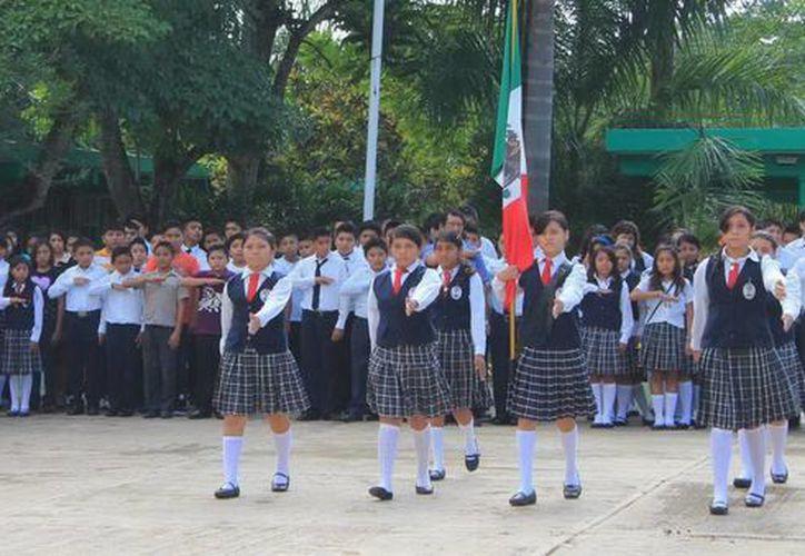 Se realizaron los honores correspondientes a los símbolos patrios. (SIPSE)