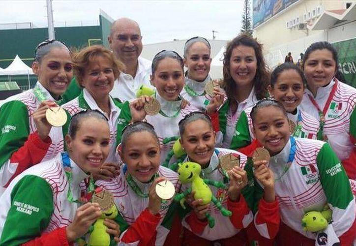 Imagen del equipo mexicano de nado sincronizado celebra el triunfo. (Milenio Novedades)