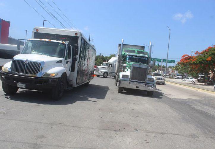 Incluso unidades de doble remolque permanecen durante todo el día en la vialidad. (Sara Cauich/SIPSE)