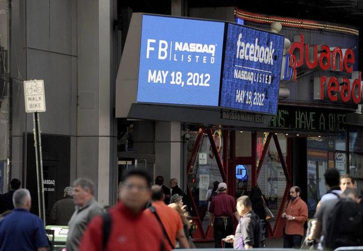 Facebook cotizó a la baja al conocerse el anuncio de la venta de sus acciones. (EFE/Archivo)