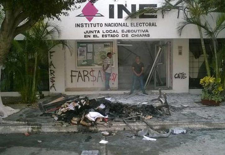 Los maestros realizaron quema de papelería electoral en Tuxtla Gutiérrez y San Cristóbal de las Casas. (Mónica García/Milenio)