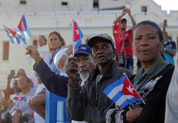 La gente saluda desde el malecón de La Habana el paso del cortejo fúnebre del fallecido líder cubano Fidel Castro. (AP/Dario Lopez-Mills)