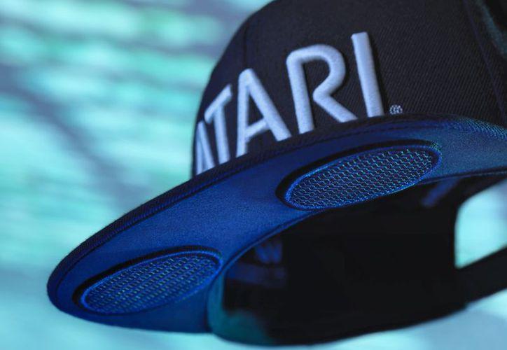 """Con motivo de la creación de su nueva línea de wearables """"Atari Connected Life"""", la popular compañía ha diseñado una gorra con altavoces. (Atari)."""