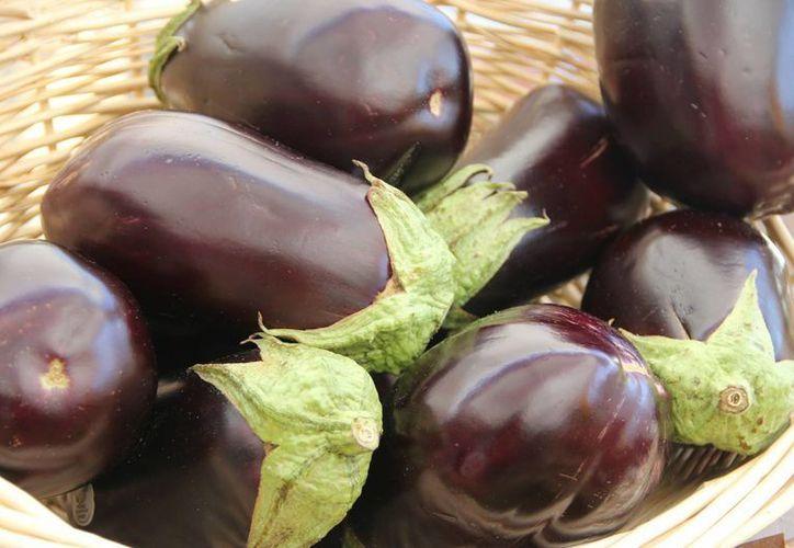La berenjena es un fruto muy apreciado en la cocina mediterránea. (ifoodandhappiness.com)