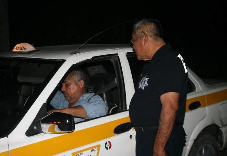 Los agentes policíacos se instalaron en la avenida Maxuxac con Chicozapote. (Redacción/SIPSE)