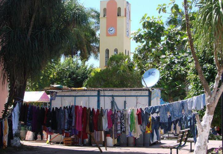 """Auténticos """"colgadijos"""" tienen abarrotado el parque central de la ciudad. (Manuel Salazar/SIPSE)"""