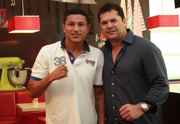 Miguel Berchelt junto a su apoderado Mario Abraham Xacur dieron a conocer los detalles del próximo rival del boxeador cancunense.(Jorge Acosta/Milenio Novedades)