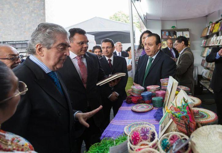 El gobernador de Yucatán estuvo este jueves en la inauguración de la edición 28 de la Feria Internacional del Libro de Antropología e Historia (Filah) en la Ciudad de México. (Foto cortesía del Gobierno estatal)
