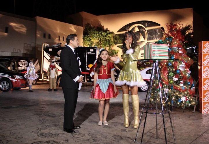 El conductor de noticias de Grupo SIPSE, Antonio García, y la cantante Morita, durante el encendido del gran Árbol de Navidad de SIPSE. (Fotos: Jorge Acosta/SIPSE)