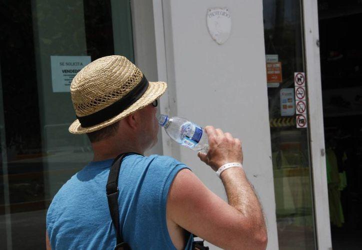 Algunas personas reutilizan el envase de plástico para tomar agua. (Tomás Álvarez/SIPSE)