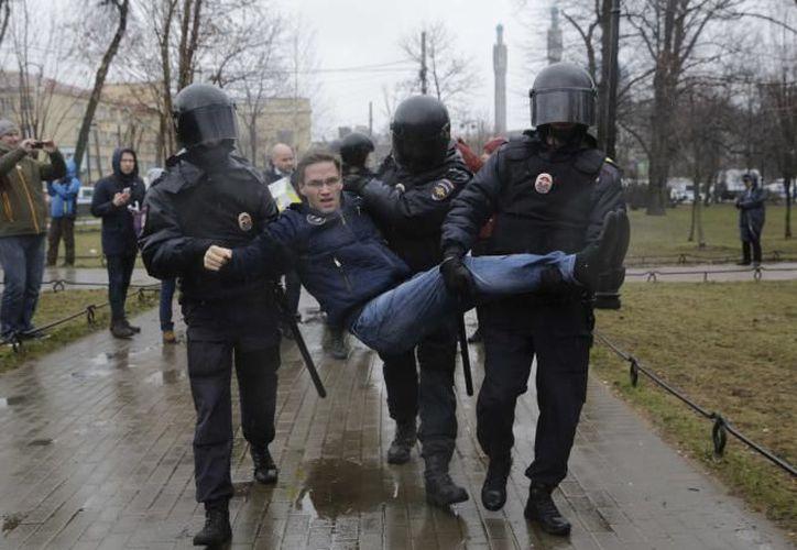 La policía protegió las oficinas de la Administración Presidencia, cerrando una salida del metro e impidiendo a los transeúntes que se parasen a mirar.(Foto: Reuters)