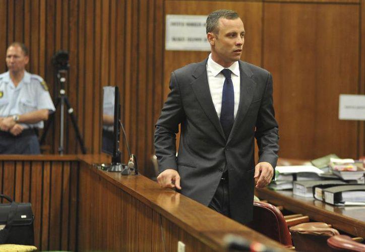 Pistorius volvió a llorar durante el juicio en su contra por el asesinato de su novia Reeva Steenkmap, en Pretoria, Sudáfrica. (EFE)