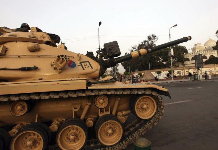 Un tanque recorre las calles cerca del Palacio Presidencial de El Cairo, en Egipto. (EFE/Archivo)