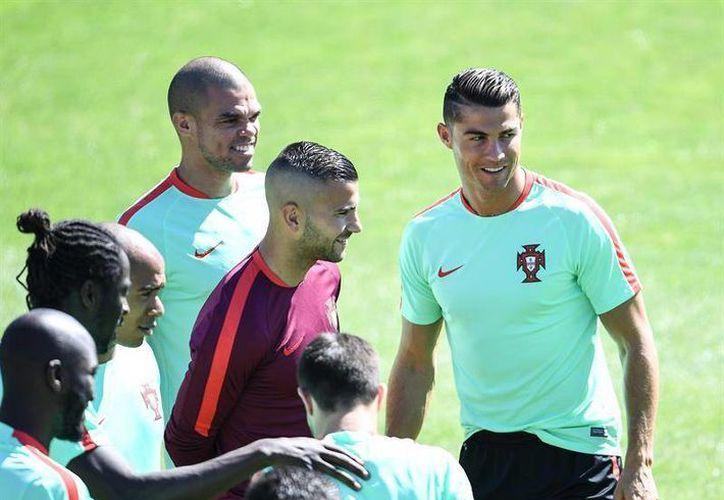 Pepe (centro izquierda) y Cristiano Ronaldo (centro derecha) durante la sesión de entrenamiento de la selección de Portugal previa al encuentro final de la Eurocopa 2016 ante Francia, que se jugará este domingo. (EFE)