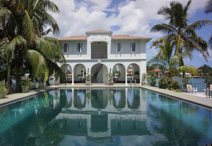 La mansión de unos mil metros cuadrados frente a la Bahía de Biscayne fue construida en 1922 por Clarence Busch, de la familia cervecera Anheuser Busch. (Internet)