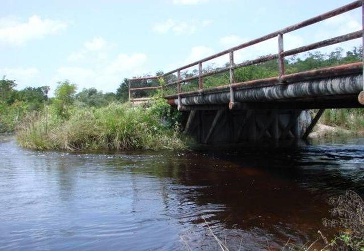 Las labores de inspección abarcan pasos de agua, puentes y alcantarillas. (Manuel Salazar/SIPSE)