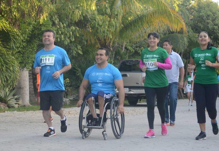El presidente municipal y su esposa, durante la carrera en la que participó el medallista paralímpico Saúl Mendoza. (Redacción/SIPSE)