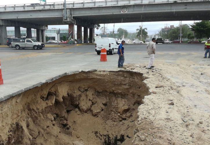 Los trabajos evitar accidentes por posibles deslaves a causa de las lluvias. (Daniel Pacheco/SIPSE)