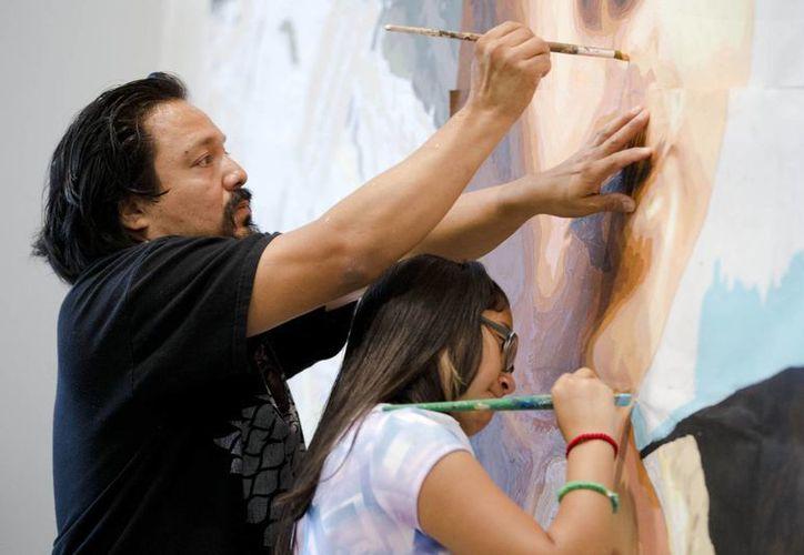 El mexicano César Viveros trabaja en un mural realizado en honor al Papa Francisco. (Agencias)
