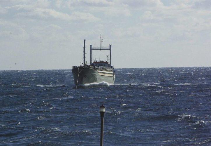 Fotografía facilitada por la Guardia Costera de Islandia que muestra el carguero Ezadeen que es remolcado hacia la costa italiana. (EFE)