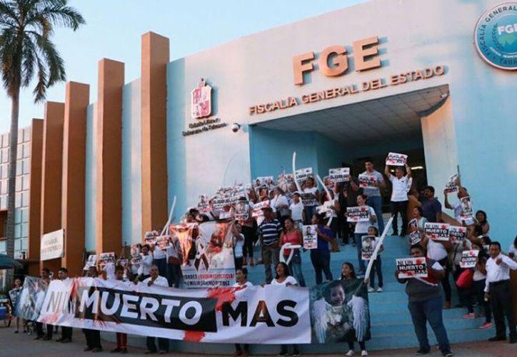 Protestaron los padres frene a la Fiscalía General de Justicia de Tabasco. (excelsior.com)