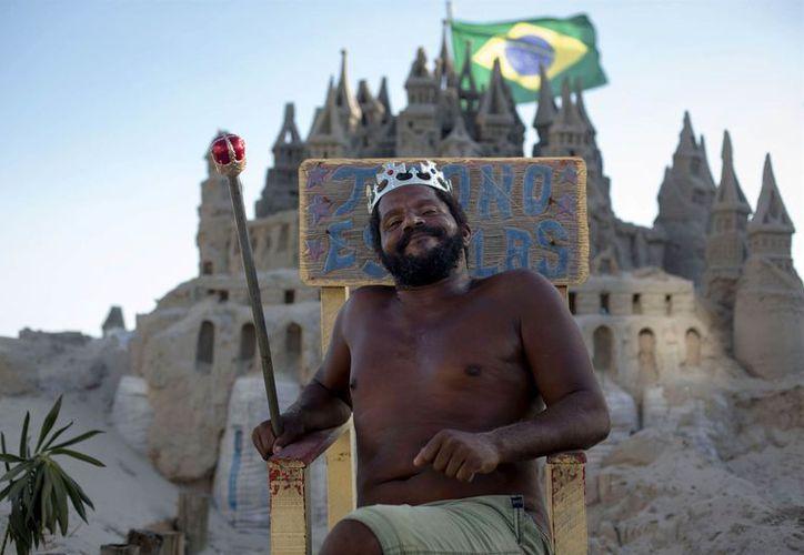 El gran castillo de arena construido por Marcio Mizael Matolias se convirtió en una más en Rio de Janeiro. (Foto: Nación)