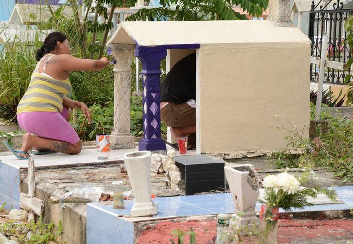 Algunas tumbas son remodeladas antes de la vista de 'todos los santos'. (Consuelo Javier/SIPSE)